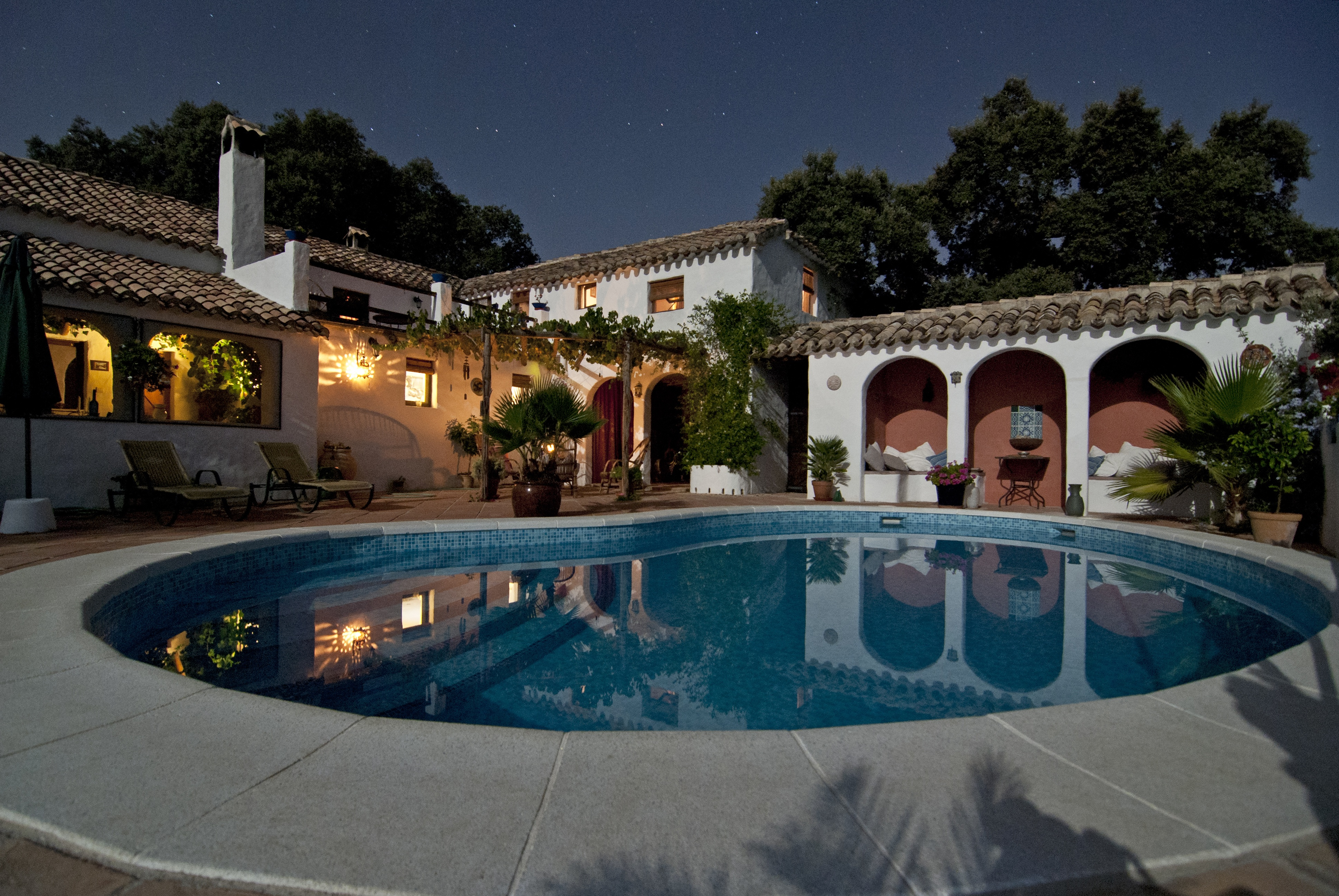 Image of a pool and mansion illustrates the concept of sellout